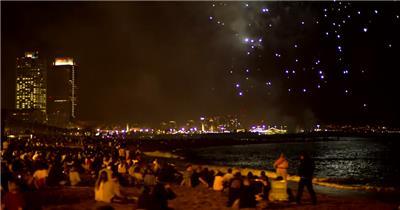 节日在海滩上看烟花的人群