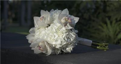 高清实拍在台阶上的新娘白玫瑰捧花